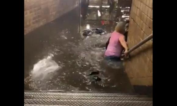 В Нью-Йорке затопило метро: видео