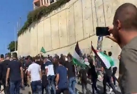 Убирайтесь из нашего города! Протесты с флагами ХАМАСа в Умм эль-Фахм